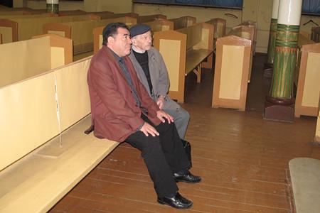 Richard Elofer visits Jewish synagogue in Riga. 2006.05.19.