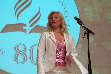 Opera singer Nomeda Vilkanauskaitė sings preises to God.