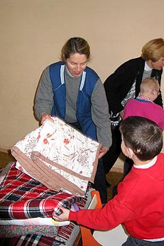 Internātskolas bērni saņem jaunu gultas veļu