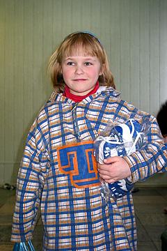 Internātskolas bērni saņem jaunas drēbes