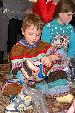 Internātskolas bērni saņem jaunus apavus un rotaļlietas