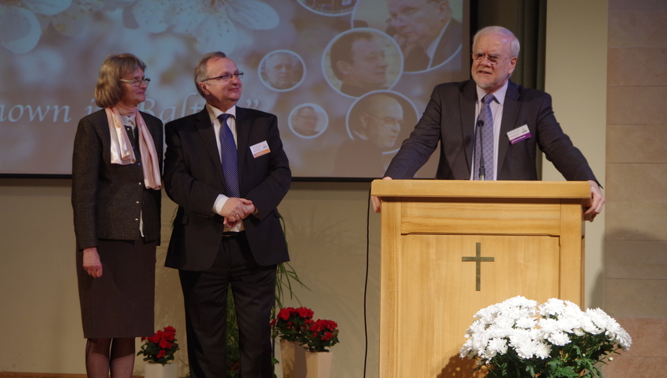 TED President Bertil Wiklander thanks former BAUC President Valdis Zilgalvis and his wife Ruta